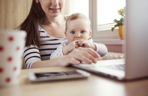 graphicstock-young-mother-in-home-office-with-computer-and-her-daughter_HAxAedtpZb (600 x 390)